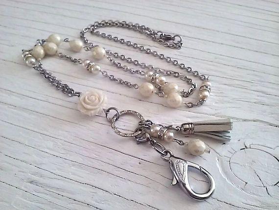 Collier porte-insigne chic perles de verres fleur breloque