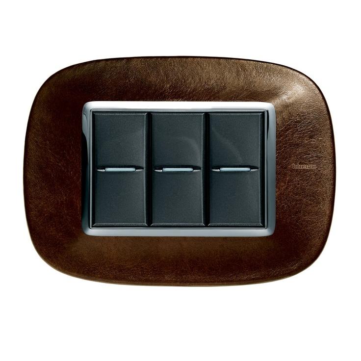Apagador Bticino de la exclusiva línea Axolute: placa en cuero color café