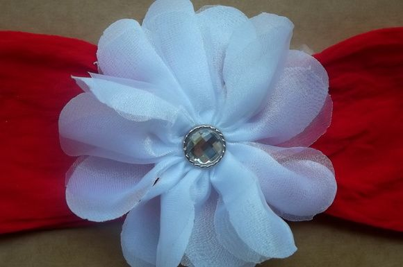 Faixa para bebê em meia de seda vermelha, aplique de flor branca de chifon e organza. Miolo com botão de strass.
