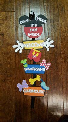Mickey Mouse Clubhouse nom porte dentrée signe...  Inclut tous les 6 caractères : Mickey Mouse Minnie Mouse Dingo Pluto Daisy Donald Duck  Ruban en fonction des disponibilités  Sil vous plaît assurez-vous que lorsque vous commandez cet article vous menvoyer une note avec le nom de votre enfant...
