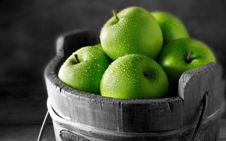 La mela, il frutto proibito, quello che valse ad Adamo ed Eva la cacciata dal giardino dell'Eden è stata riconsiderata nel corso della storia come frutto s