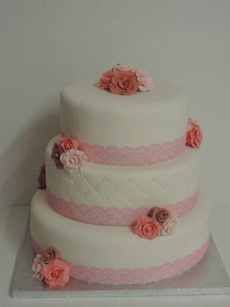 bruidstaart met lace en rozen