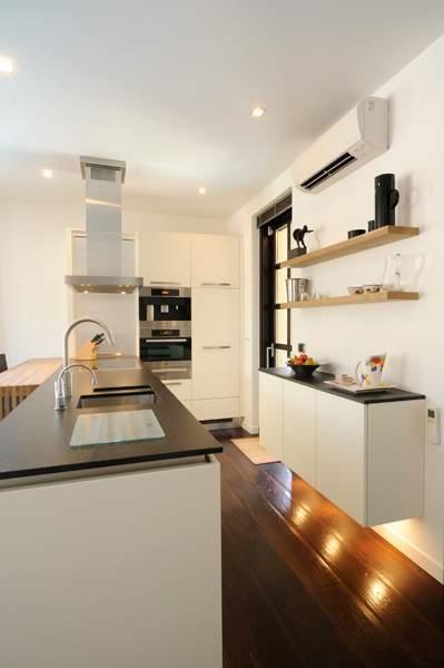 Moderne keuken in het vakantiehuis in Garlenda, Italie, ontworpen door Het Fundament Interieurarchitecten