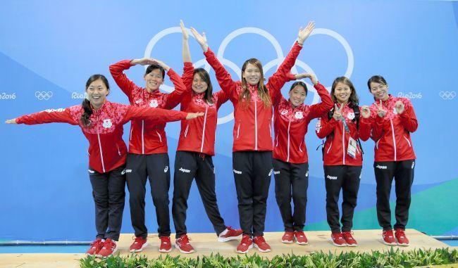 競泳の全レース終了後、「TOKYO2020」のポーズで記念撮影をする金メダリストの金藤理絵(左から2人目)ら日本代表の選手たち=西畑志朗撮影