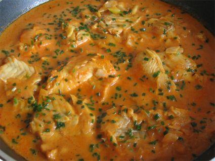 BOUILLABAISSE DE CABILLAUD (Pour 4 P : 600 g de cabillaud, 150 g d'oignons, 80 g de blancs de poireau, 2 gousses d'ail, 3 tomates pelées, 250 g de pommes de terre, 1 pointe de poivre de Cayenne, 1 pincée de safran, 30 cl de vin blanc sec, 1 bouquet garni, sel, poivre, basilic, ciboulette, croûtons frits et rouille)