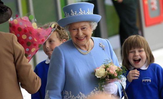 Isabel II y Martin McGuinness: mucho más que un saludo : ni para la reina de Inglaterra ni para el exterrorista del IRA y viceprimer ministro de Irlanda del Norte será fácil estrechar hoy la mano de quien durante años han percibido como su enemigo / Walter Oppenheimer | @elpais_internacional | #politiquerio
