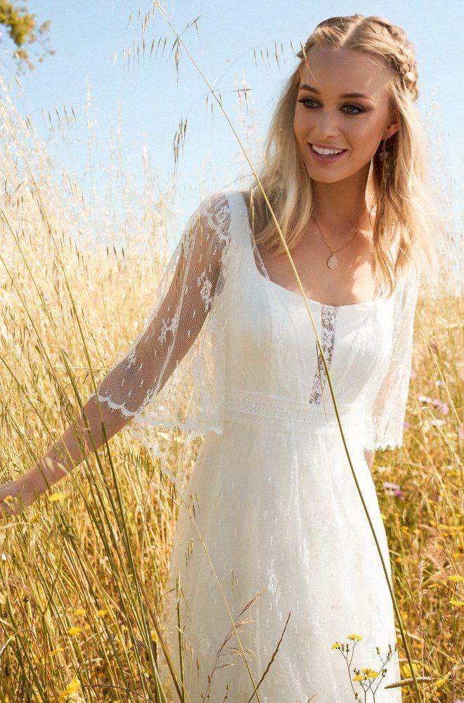 Rembo styling — Collectie 2017 — Floreal: Heel mooie jurk volledig in kant met aangehechte kanten cape.
