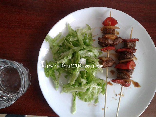 Dieta Lipofídica : Brochetas de carne con pimiento rojo y cebolla acompañado de ensalada de lechuga.