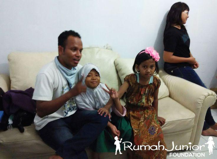 Rumah Junior memberikan pelajaran Vokal dan pengenalan Alat Musik GRATIS bagi anak-anak Pra-sejahtera Bertempat di Mutiara Taman Palem Blok A-17 No. 38, Cengkareng, Jakarta Barat (http://4sq.com/1JZ7SWT)