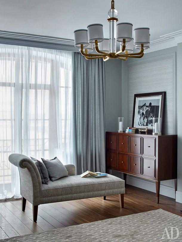 Комод в спальне выполнен по специальному заказу компанией Bolier; софа от Marie's Corner; люстра, Visual Comfort&Co.