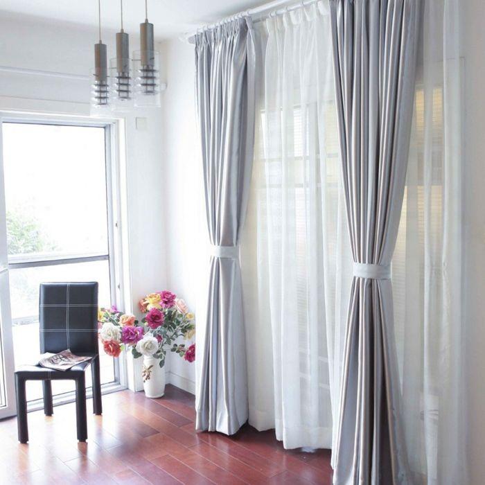 cortinas juveniles, visillo de encaje blanco muy refinado con cortinas de satín grises recogidas con cintas, hermoso espacio pequeño, decoración de flores