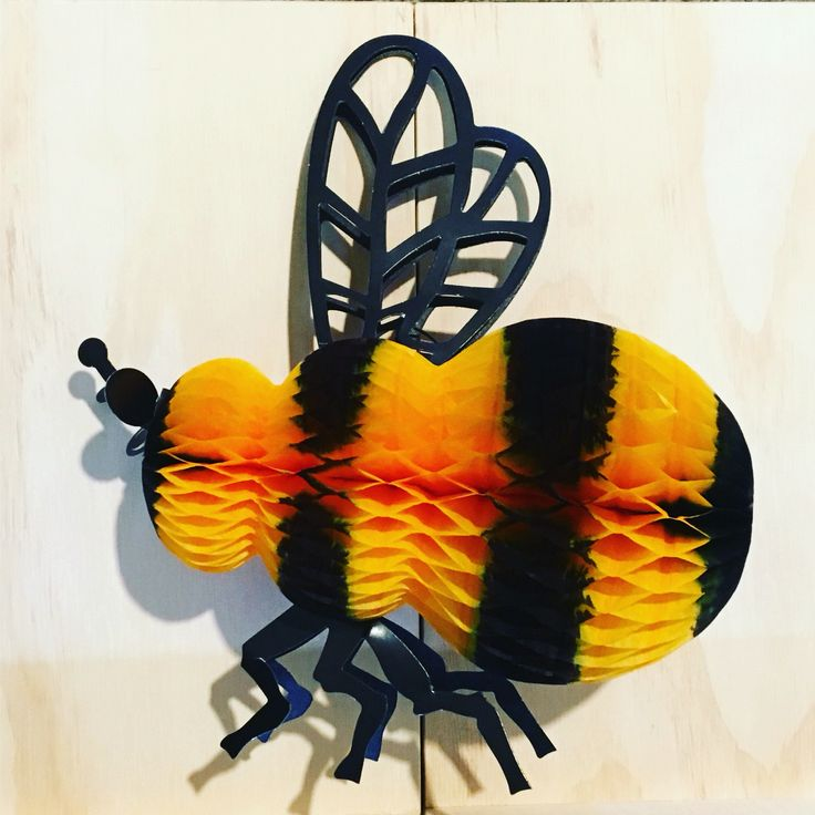 I was given this beautiful pop up bee by a gorgeous friend of mine 💛 #art #tiedye #yellow #wings #bees #happymonday #pretty #original #present