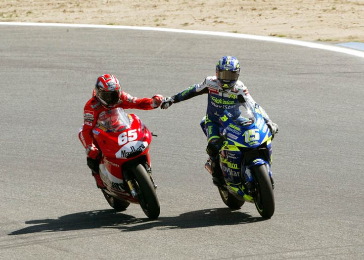 Loris Capirossi may have robbed Sete Gibernau (right) of a podium finish at the line, but the Catalan was sporting enough to congratulate Loris soon afterwards.