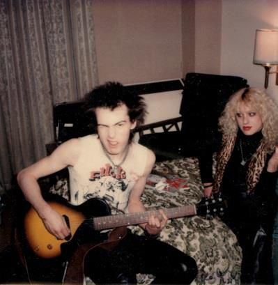(^o^) A very rare photo of Sid & Nancy, likely one of the last taken of the couple before her death. September or October 1978, in New York City. Photo by Andy Shernoff.