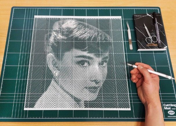 hyper-realisme-portretten-papier Met de hand snijdt Yoo Hyun bijzonder geduldig en nauwkeurig deze papieren portretten. Met een zeer vaste hand ontstaan deze portretten van Hollywood sterren zoals Marilyn Monroe en Audrey Hepburn. Kijk maar eens goed naar de zorgvuldig gesneden dunne reepjes papier in zig-zag patronen.