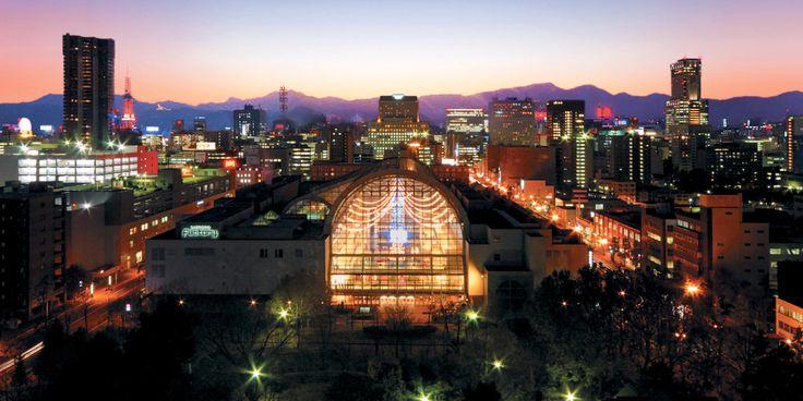 サッポロファクトリー(札幌市)は、明治9年に開設されたビール工場の煉瓦造(れんがづくり)の建築群を保存、再生し、それらを大きなアトリウムや地下通路等で結び付けて複合商業施設としたものである。