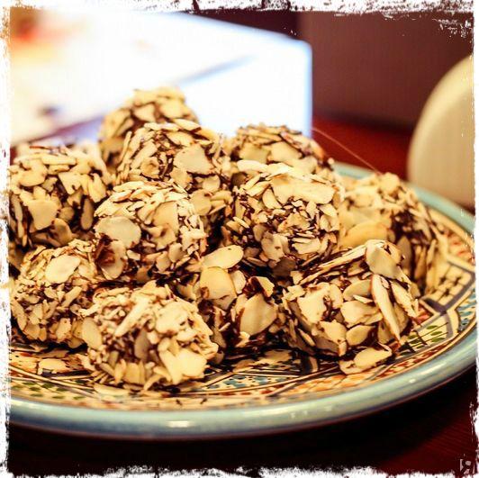 """Хотите побывать в роли кудесницы Виенн из фильма """"Шоколад"""" и своими руками приготовить конфеты ручной работы? Поверьте, это проще, чем кажется.  Учимся готовить шоколадные конфеты с пюре из маракуйи - http://www.yapokupayu.ru/blogs/post/shokoladnye-chudesa-gotovim-shokoladnye-konfety-s-pyure-iz-marakuyi"""