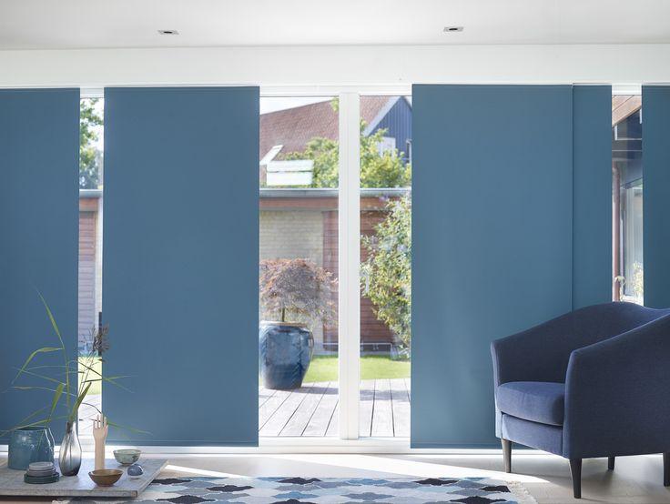 Blue Zen: Hold pause blandt de minimalistiske opstillinger med personligt udvalgte favoritter. Skænk en kop te, træk for og hold en pause. Nyd tiden, mærk roen i den blå time. Bland elementer fra Østen og Vesten og lav et lille hjørne i balance. Smukke og fleksible blå panelgardiner understreger stilen i stuen.