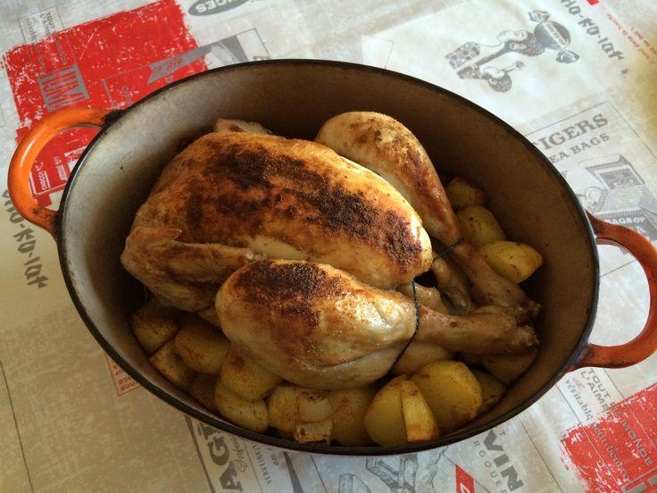 J'adore ce genre de plat qui se prépare en 5 min cuit tout seul au four (a condition bien sur d'avoir un four programmable) et qui est pret à midi quand on rentre du boulot !!! Pour cela il vous faudra : 1 cocotte avec couvercle en fonte par ex 1 poulet...