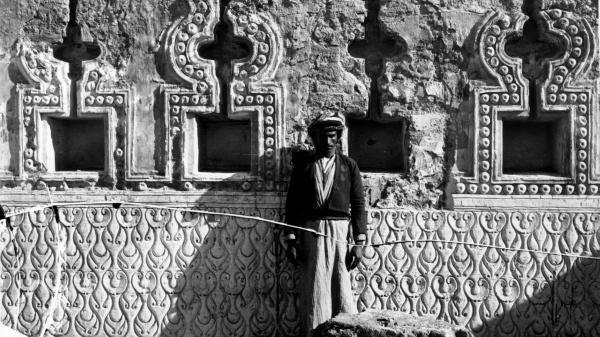 Wände wie kostbar bestickte Vorhänge: eine Nischenwand des Schlosses Balkuwara in Samarra, ausgegraben 1913