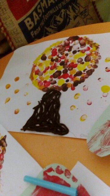 Manualidades infantiles Árbol de otoño,  utilizando pintura e hilo de lana..