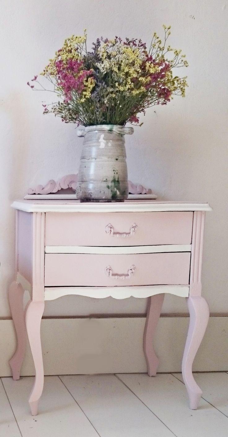 Mesita de noche vintage en rosa y blanco | Bohemian and Chic. Sólo idea.