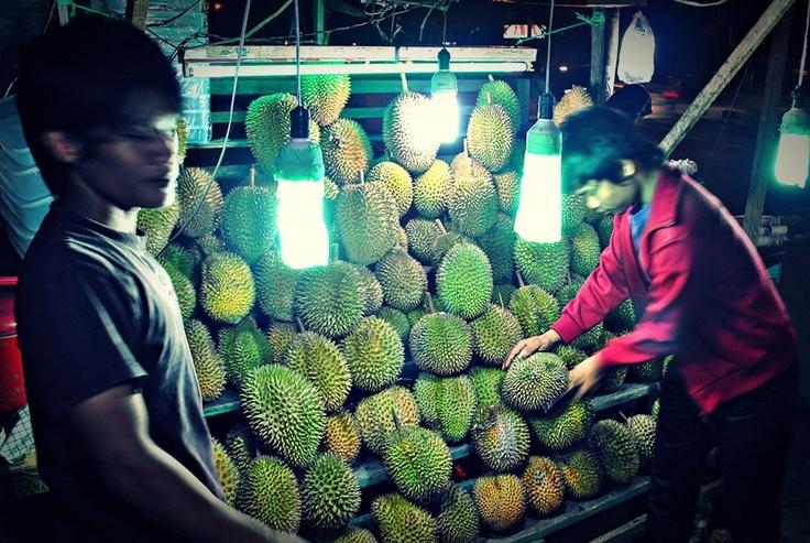 [FOTO] Durian Hunter | Pekanbaru | NIKON D3000, f/5, exposure time 1/13sec, ISO 220, focal length 18 mm, no flash. PhotoScape