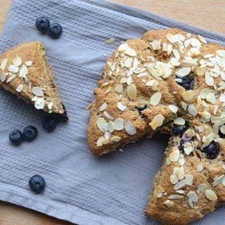 Nieuw recept! Suikervrije Scones met Bosbessen - Een heerlijk, feestelijk ontbijtje op tafel zetten in het weekend? Of genieten van een goede high-tea? Dat doe je natuurlijk met scones! #recept  #blijsuikervrij #puurgenieten http://blijsuikervrij.nl/ontbijt/suikervrije-scones-bosbessen/
