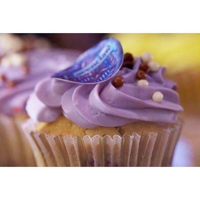 Το Ravenclaw ηταν ο κοιτώνας που συγκέντρωνε τους μαθητές που αγαπούσαν τη γνώση και το διάβασμα! Το ομώνυμο cupcake περιέχει ζύμη βανίλιας με τυρί κρέμα, κομμάτια βατόμουρο και λευκή σοκολάτα!
