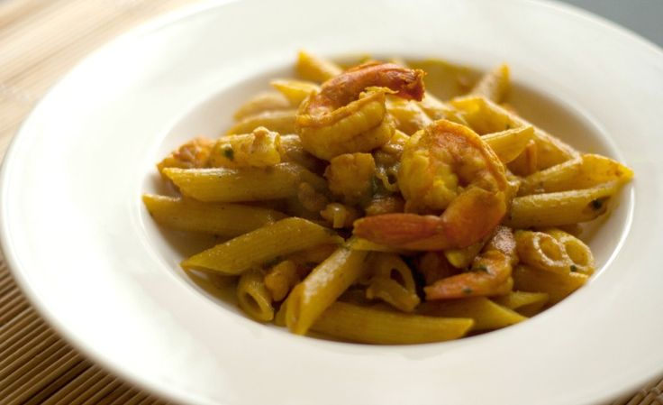 Un primo piatto dal sapore orientale in cui si incontrano gusti differenti: penne ai gamberi in salsa alla curcuma. Sfiziose e golose!