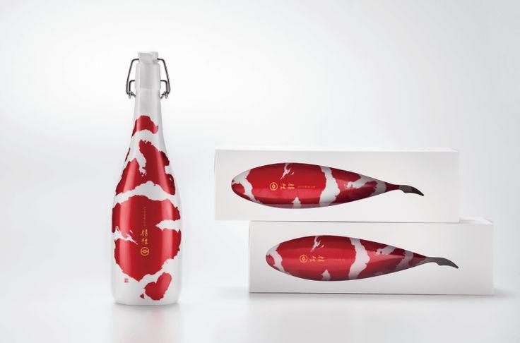 まるで本物の錦鯉のような日本酒が海外のデザイン賞を総なめにしている! | BUNGALOW. MAGAZINE(バンガローマガジン)