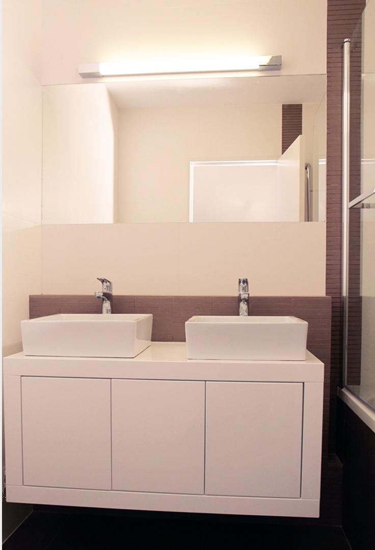 Une salle de bain Parisienne sobre et élégante.  A sober and refined bathroom in Paris.    Conception agence Murs et Merveilles