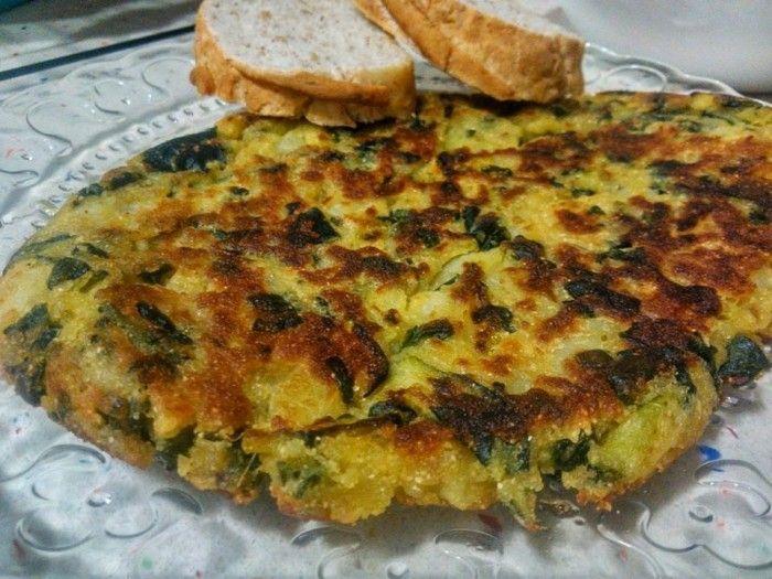 La tortilla es un platillo que por excelencia lleva huevo pero paraaquellosque tiene elrégimenespeciales para bajar niveles de colesterol y que no pueden comer huevos, resulta interesante conocer recetas sustitutivas
