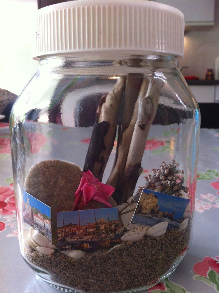 Vakantie herinneringspotje; bijvoorbeeld stokjes, zand en schelpen gevonden op strand, bloemen uit de tuin, kapot geknipte vakantiekaart Frankrijk!