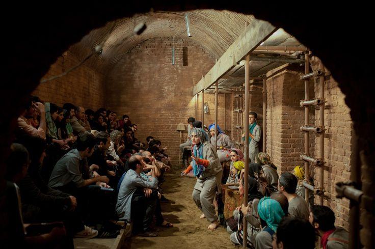 """«Cette même troupe joue """"Melpomène"""" dans des bains publics désaffectés du centre de la capitale.En Iran, toute production artistique fait systématiquement l'objet d'un contrôle préalable par le ministère de la Guidance islamique, qui est en fait celui de la Culture.»"""