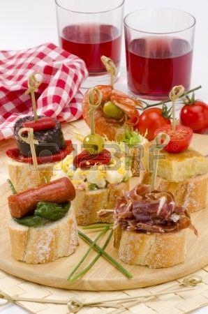 Montaditos cocina española pan rebanado rematado con una gran variedad de aperitivos