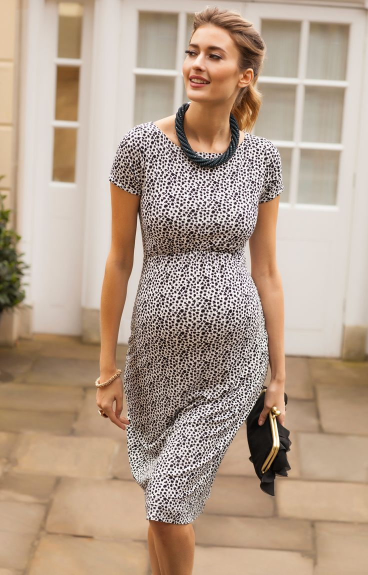Office or party, our Sara maternity shift dress is a versatile option for every occasion.