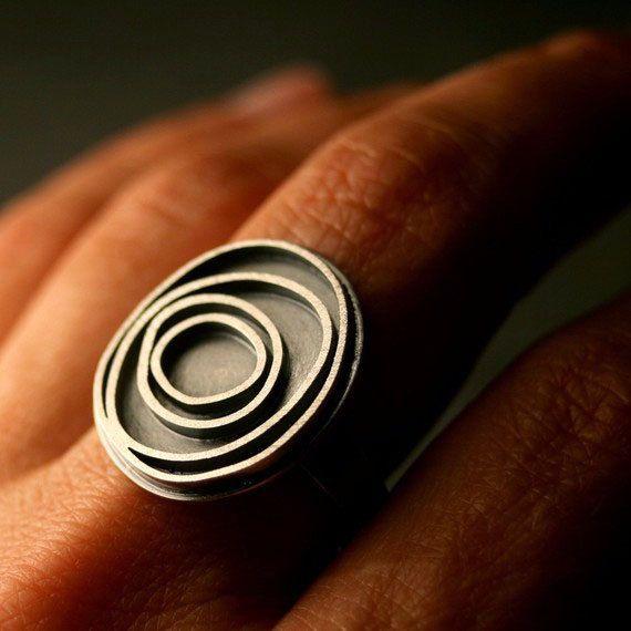 Moderne sterling silver ring met geoxideerd concentrische cirkels, Orbit  Handgemaakt door mij, een tegelijk, deze sterling silver ring is volledig heerlijk en gemakkelijk te dragen. De ring in het beeld meet ongeveer 7/8 x 3/4 (21 x 19 mm). Jou zal worden geoxideerd om de details en vervolgens gepolijst overeenkomstig zodat het zacht. Er is een 3/8(4mm) brede comfort fit band.  Ik deze ring niet langer op voorraad hebben, te laten gelieve me één enkel voor u maken!  Het kopen ...