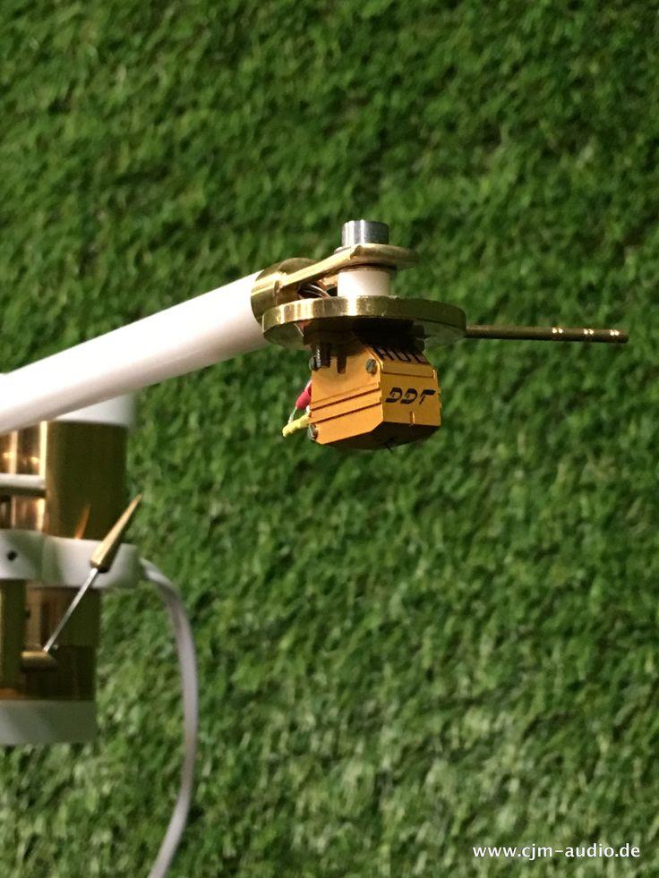 Massiv verarbeitetes Traumlaufwerk mit edler Optik, gefertigt aus Messing und Pertinax. Der Einpunkt -Gelagerte - Tonarm würde mit Markenname bereits den aufgerufenen Betrag kosten. Die Messing Bauteile sind aus dem vollen gedreht, wurden versiegelt und sind gebaut für die Ewigkeit. Der Plattenteller, gefertigt aus Pertinax lässt Resonanzen nahezu keine Chance und hat den meisten Materialien einiges voraus! Eine hochwertige Röhren Phono Vorstufe wie auch ein 3 Kg schwerer Plattenbesen runden…