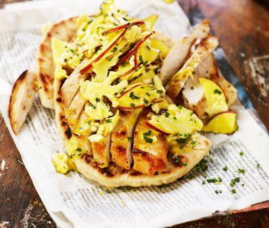 Stekt kycklingfilé i panna, som får sjuda i citron och rivet citronskal. Servera med en coleslaw av blomkål, äpple och hemmagjord majonnäs. Mixa äggula med senap och droppa ner olja medan du vispar till hemlagad majonnäs. Krydda med curry och vänd ner grönsakerna. Gott i indiska naan-bröd.