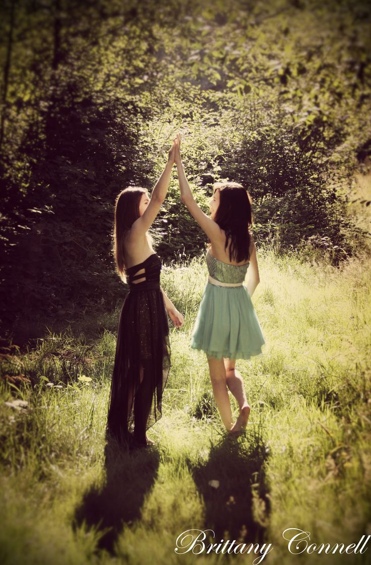 a cute best friend photo shoot pose idea for girls