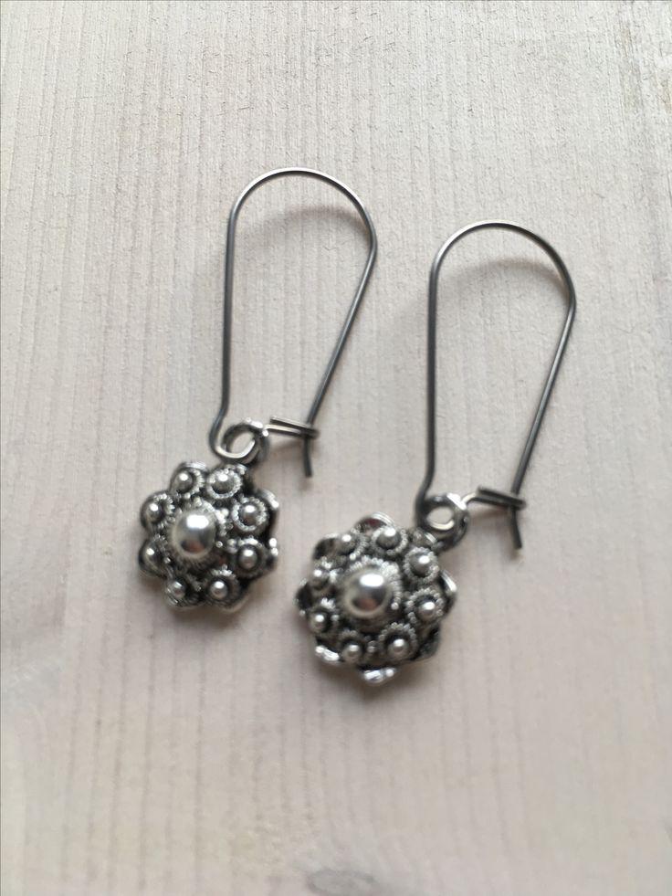 Zeeuwse knop oorbellen met hangers van stainless steel.
