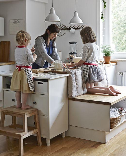 Lilly backt mit ihren Kindern an der Kücheninsel, Frieda steht dabei auf BEKVÄM Tritthocker in Birke