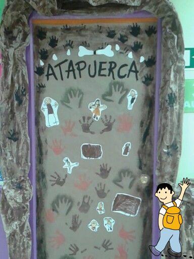 Decoración aula infantil temática la prehistoria. Ideas para decorar la puerta del aula escolar.
