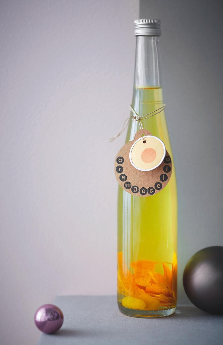 Lasst die Gläser klingen! Der fruchtige Orangenlikör schmeckt auf Eis besonders köstlich - und ist auch eine tolle Geschenkidee aus der Küche. Wir ...