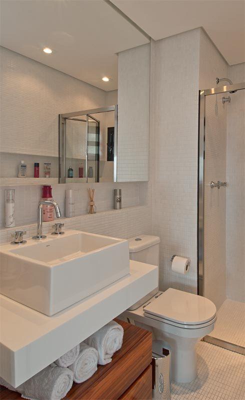 Banheiro pequeno com pastilha de vidro ceramica branco branca e nicho para organização