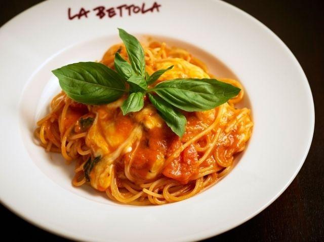 トマトソースのスパゲティ モッツァレラチーズ入り - 成田 直己シェフのレシピ。トマトソースは、ホールトマト缶よりトマトジュースで作るほうが手軽。3分の2量くらいになるまで煮詰めると水分だけが飛んで味が凝縮します。 ソースができたらパスタをゆで始め、仕上げは手早く。 最後のモッツァレラは溶けると違うソースになってしまいますから、形を残してトマトが主役の味に。