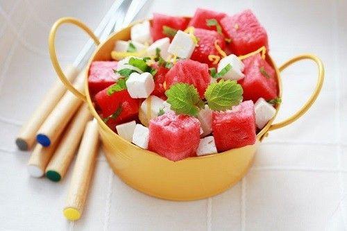 o almoço ideal para um dia na praia: salada de melancia, queijo feta e endro