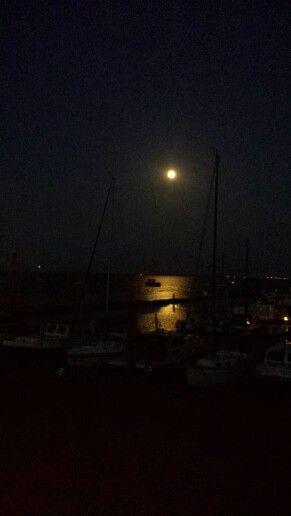 Volle maan boven de jachthaven
