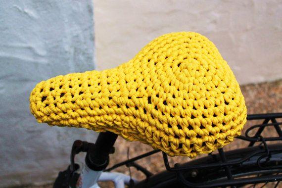 Funda de crochet de trapillo para sillín de bicicleta. Amarilla.